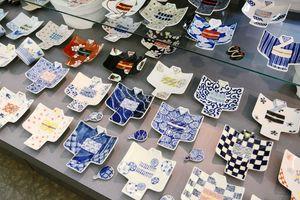 着物の形をした銘々皿。さまざまな文様や絵柄がある=有田町の西富陶器磁器