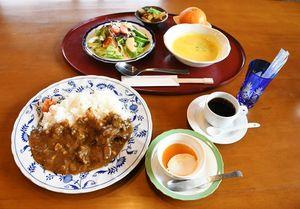バラエティー豊かなビーフカレーセット=佐賀市三瀬村の「杠Cafe mani mani」
