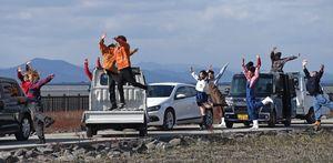 佐賀大のダンスサークルのメンバーや高校生も参加した=佐賀市の東与賀干潟公園