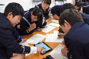 タブレットを使って予算を考える児童たち=佐賀市の佐賀大学附属小学校