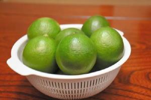 今が旬のグリーンレモン。サンマなどの焼き魚に絞ったり、蜂蜜漬けにするなど、さまざまに味わえる