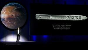 開発中の有人宇宙船について説明するスペースXのイーロン・マスクCEO=27日、メキシコ・グアダラハラ(AP=共同)
