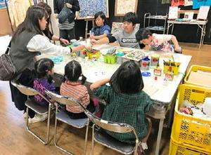 木工用接着剤を使ったアートに挑戦する子どもたち。思い思いに好きな絵を描いた=佐賀市のイオン佐賀大和店