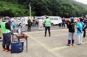 活動の前に集合し、ボランティアの説明を受ける参加者ら=鹿島市古枝の祐徳稲荷神社駐車場
