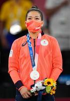 女子48キロ級で準優勝し、表彰式で銀メダルを胸にする渡名喜風南=日本武道館