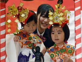 花まつりの法要で、仏像に甘茶をかける子どもたち=佐賀市呉服元町の656広場