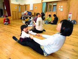 楽しみながらリラックス体操する親子=佐賀市の新栄公民館