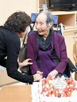 親族からケーキをもらい、笑顔を見せる中地シゲヨさん=佐賀市のシルバーランド天祐