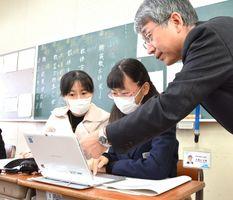模擬授業で学習用パソコンを体験する親子=佐賀市の致遠館高