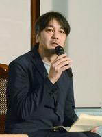 脚本への思いや裏話をユーモアを交えながら語った岡田惠和さん=佐賀市柳町の浪漫座