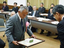 表彰を受ける大野昭幸さん=佐賀市の県庁