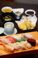 十貫寿司 天ぷらセット  1800円。すし10貫、汁物、天ぷら、茶わん蒸し、小鉢(十貫寿司+汁物は1300円)