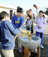 「いち、に、さん」と声を掛けながらリズムよく餅をついていく子どもたち=佐賀市兵庫町の四季のめぐみ館