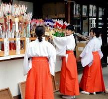 破魔矢を並べ、迎春の準備をする巫女ら=佐賀市の佐嘉神社