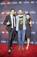 米国・ロサンゼルスで開催された「ザ・テラー」の試写会で、右から上戸恵美さん、プロデューサー兼脚本家のTony Tost(トニー・トスト)さん、俳優の田邊和也さん