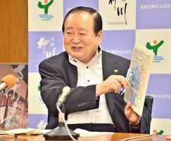 佐賀県と結ぶ環境保全に関する合意書の改定作業を7月中にも終えたい考えを示した金子健次柳川市長=柳川市役所