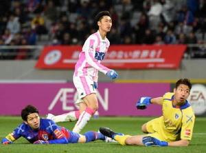 鳥栖―F東京 後半43分、鳥栖MF鎌田(中央)がゴールを決め、2―3とする。右はF東京GK林=東京都の味の素スタジアム