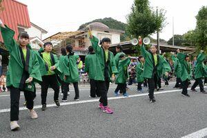 元気いっぱいに所望踊りを披露する6区の少年少女部=有田町のJR有田駅前のお祭り広場
