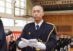 式典で抱負を述べた総代の井口新悟さん=佐賀市兵庫町の佐賀県消防学校