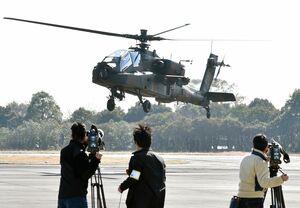 陸上自衛隊目達原駐屯地での飛行を再開したAH64D戦闘ヘリコプター=6日午前10時、神埼郡吉野ヶ里町(撮影・米倉義房)