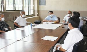9月で休止を検討していた天徳の湯を存続する考えを区長たちに伝えた峰達郎市長(中央奥)=唐津市相知市民センター
