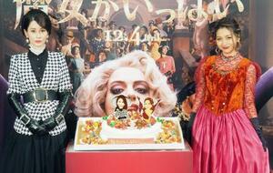 映画「魔女がいっぱい」のPRイベントに登場したダレノガレ明美(左)と、ゆきぽよ=東京都内