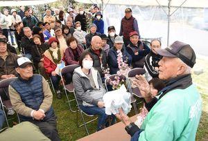 セリ市で苗木などの詳しい説明を受け、品定めをする参加者たち=吉野ケ里歴史公園臨時駐車場