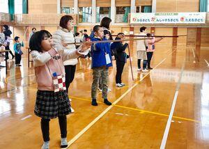 若木子ども教室スポーツウエルネス吹矢大会に出場した子どもたち=武雄市の若木小