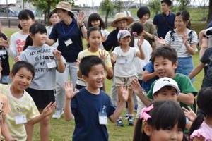 ダンスを楽しむ子どもたち=小城市牛津町の牛津保健福祉センター・アイル