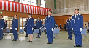 入校式で県警察学校の校歌を歌う入校生たち=佐賀市の県警察学校