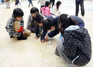 有田町内の地名などを探す見学者=有田町の焱の博記念堂