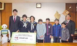 小松市長(左)にペッパープログラミング成果発表全国大会の成績報告をした(左から)笠原さん、岩永さん、梶原さん、中尾さん、小柳さん、古賀さん=武雄市役所