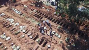 ブラジル・サンパウロで、新型コロナウイルスの犠牲者を埋葬する墓地=1日(ゲッティ=共同)