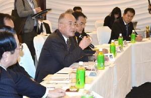 玄海原発の再稼働に関して意見を述べる県内20市町の首長=佐賀市のホテルマリターレ創世