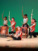 部門の開幕を息の合った演舞で飾る嬉野高和太鼓部の生徒=武雄市文化会館