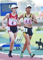 陸上女子5000メートル競歩決勝 自己ベストを45秒縮め、24分3秒01で6位入賞した清和の武藤実(右)=三重県伊勢市の伊勢陸上競技場