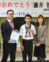 ソフトテニスのアジアジュニア大会で優勝した藤井智暉さんと母の律子さん。左は嬉野市の村上大祐市長=同市役所