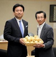 山口祥義知事(左)にタマネギを贈る佐賀県たまねぎ部会の片渕康弘会長=県庁