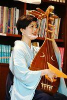 飛沫防止のマウスシールドを着けて演奏する北原香菜子さん=佐賀市水ケ江の大隈重信記念館
