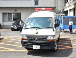 留置所の武雄署から佐賀地検に送検される江口末秋容疑者を乗せた車両=9日午前11時45分ごろ、武雄市