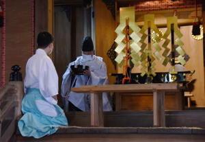 お粥入りの金鉢は17日間、本殿の奥に安置され、祭り当日の朝に取り出される