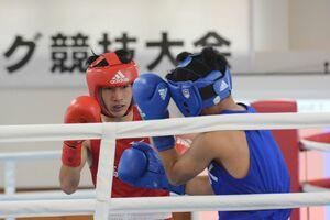 ボクシング男子フライ級1回戦1R RSCで準決勝に駒を進めた高志館の北島幸生(左)=SAGAサンライズパーク・ボクシング場