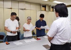 熊本地震を受け、県に対し避難計画の全面的な見直しを要請する市民団体の代表ら=佐賀県庁