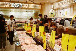 半額になった牛肉などを求める買い物客=佐賀市駅前中央のコムボックス佐賀駅前
