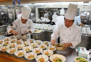料理を仕上げる全日本司厨士協会佐賀県本部のメンバー=有田町のあすなろの里