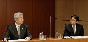 NTTドコモの完全子会社化に向け、国内で過去最大規模の株式公開買い付けを実施するとオンラインで発表したNTTの澤田純社長。右はNTTドコモの吉沢和弘社長=29日午後