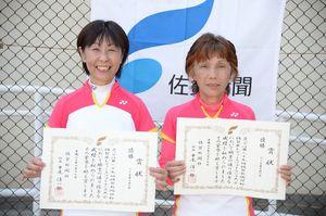 65歳未満の部 優勝した田崎ちえ子(左)・埋金雪子組