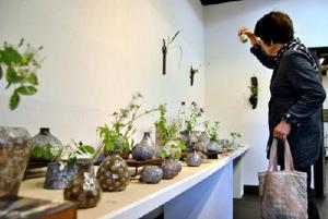 武雄焼の多彩な技法が楽しめる花器展「野の花を生ける」の会場=佐賀市大和町松瀬の湛然の里ぎゃらりせゝらぎ