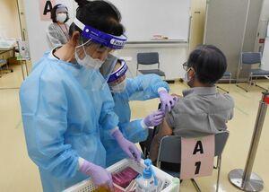 ワクチンの接種を受ける高齢者=唐津市二タ子の市健康サポートセンターさんて
