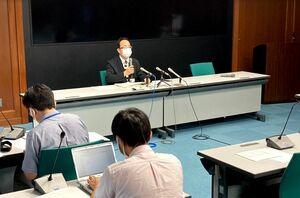 新型コロナウイルスの陽性患者についての佐賀県の会見=9日夕、県庁